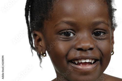 un petit sourir sur le visage