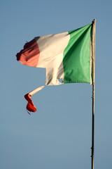bandiera italiana distrutta - broken italian flag
