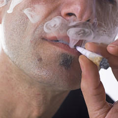 homme fumant un joint