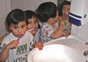kinder beim zähne putzen