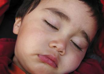 kleikind beim schlafen