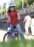 kind bei sportlichen aktivitäten poster