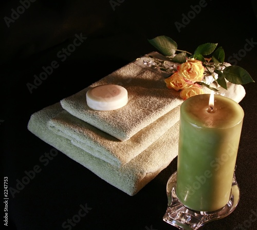 items for a romantic bath - 2247753