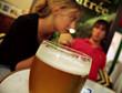 jeune couple et verre de bière alcool