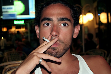 jeune fumeur et cigarette en lieu public 2