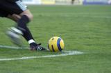 fotbalový brankář poráží míč