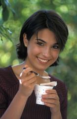 ragazza mangia yogurth