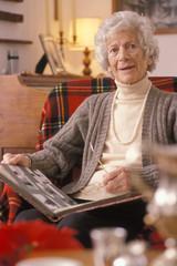 donna anziana in poltrona