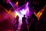 tanzende menschen in einer disco poster