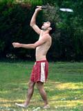 jeune homme en short jouant au badminton en jardin poster