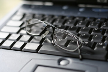 brille auf der notebook tartatur