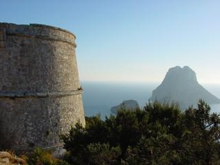 torre del pirata con es vedrá al fondo