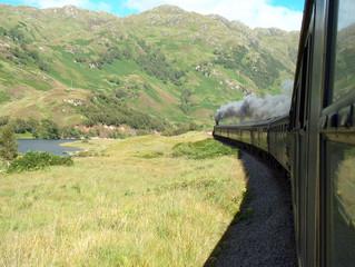 treno a vapore nelle montagne scozzesi