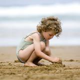 fillette jouant dans le sable - Fine Art prints