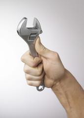 main et clef à molette