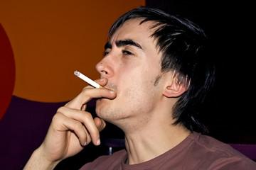 jeune fumeur de tabac en bar lieu public