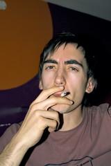 jeune fumeur malade dans un bar public