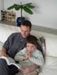 père lisant un livre à son fils