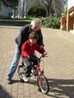 grand père et petit fils au vélo