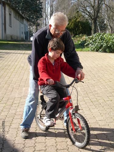 grand père et petit fils en vélo