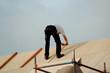 handwerker auf einem dach