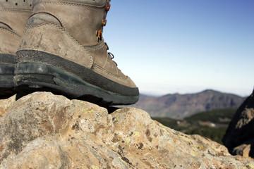 botas en la montaña