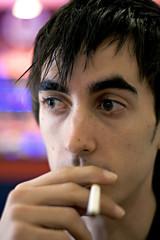 jeune fumeur en lieu public regard triste et vide
