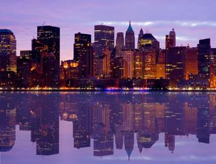 wcześnie rano panoramę Manhattanu z wody odzwierciedlać