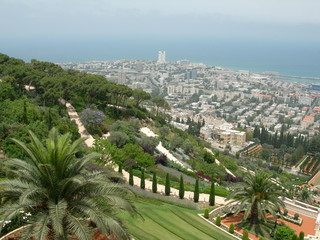 vue de haïfa depuis les jardins du temple bahaï