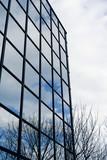 siège social commercial immeuble en verre et ciel poster