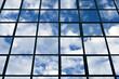 fenêtres d' immeulbe de bureaux ciel bleu