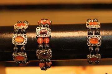 bijoux sur fond noir