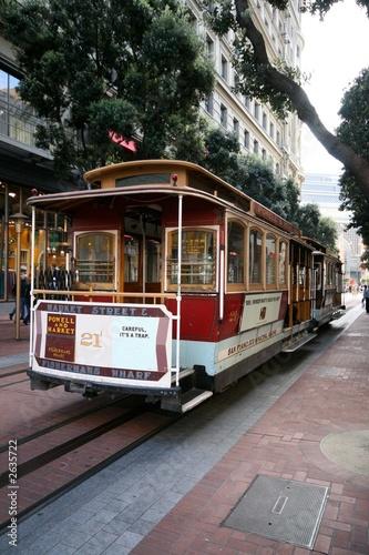 zabytkowy-tramwaj-na-ulicy-san-francisco