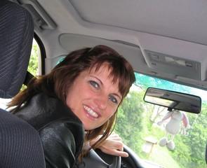 frau fährt lächelnd auto
