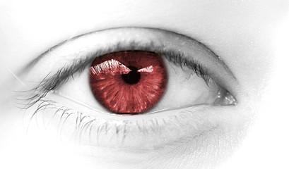 oeil de femme rouge violence conjuguale