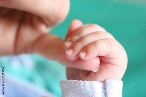 ręka nowo narodzonego dziecka