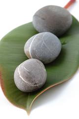 pierres zen et feuille