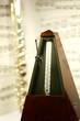 flûte et métronome devant une partition de musique