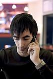 jeune homme téléphonant téléphone portable bar poster