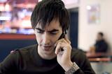 jeune homme mécontant en colère téléphone portable poster