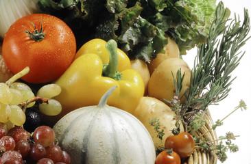 gros plan sur un panier de fruits et legumes
