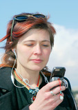 femme et téléphone portable poster