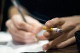 tabagisme au travail mains cigarette sur bureau poster