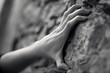 main de femme battue sur mur symbole de douleur