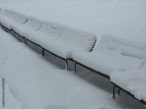 panchine sotto la neve