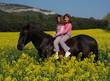 soeurs jumelles  a cheval