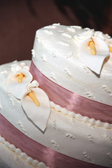 wedding cake with lilys