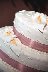 wedding cake with lilys