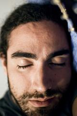 portrait de jeune homme en train de dormir