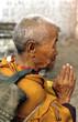 prière de la vieille dame devant un temple